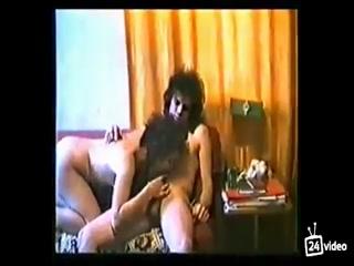 Секс втроем со зрелыми мужиками и двумя молодыми девушками - ретро порно для дрочки