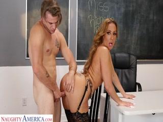 Порно видео с учительницей, которая трахается на дополнительных уроках в классе