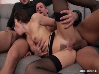Секс с красивой девушкой, которая любит сосать два члена сразу