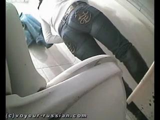 Зрелая блондинка трахается с молодым парнем на унитазе общественного туалета  онлайн