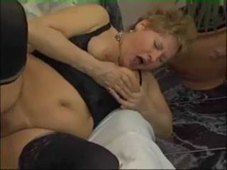 Порно со зрелой мамкой и ее ненасытным молодым ухаж