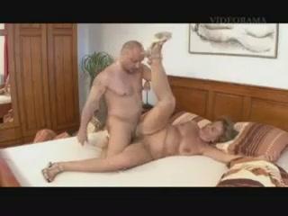 Бабушка и внук занимаются сексом на кровати дома у парня в разных позах  онлайн