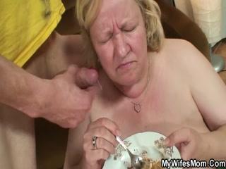 Порно видео инцеста с мамой, которая любит ебаться со своим сыном