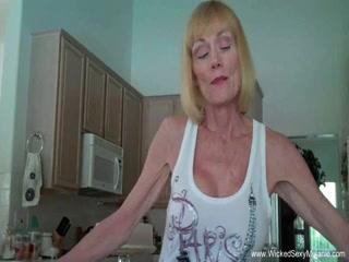 Порно видео инцеста бабушки с внуком дома на диване в гостиной комнате