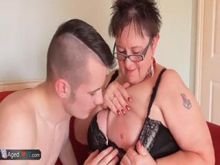Внук трахает бабушку в пизду и кончает ей прямо на сиськи!