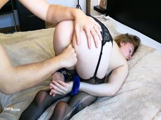 Секс с блондинкой-домохозяйка на кухне дома у мужчины