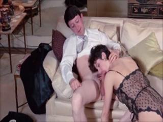 Мужик трахает молодую девушку на кровати у нее же дома  hd