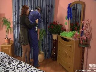 Секс со зрелой женщиной и молодым мужчиной дома на диване в киску, анал