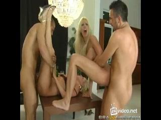 Секс с двумя девушками, которые любят сосать члены парней на природе у бассейна дома