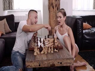 Русская порнуха с молодой девушкой и парнем на диване дома у парня